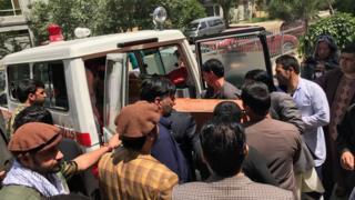 Amigos e familiares carregam o caixão de Shah Marai, jornalista senior da AFP no Afeganistão, morto no ataque