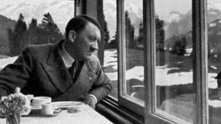 Гитлер сидит за столом и смотрит в окно