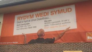 Siop B&Q Aberystwyth wedi symud yn bell iawn!