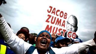 Des images de télévision ont montré le président Zuma, quittant précipitamment les lieux dans un convoi de véhicules fortement sécurisé.