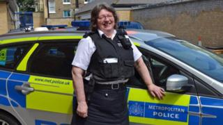 凯伦·盖尔斯(Karen Giles)是警队服役时间最长的女警察。