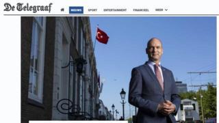 Gert - Jan Segers Lahey'deki Türk konsolosluğu önünde poz veriyor