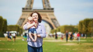 Madre con su bebé en París.