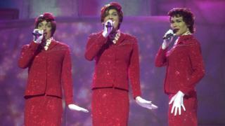 2002 yılında yarışmayı kazanan Slovenyalı drag queen (şov için kadın kıyafeti giyen erkek) üçlüsü Sestre, hostes kıyafetleriyle zafere uçmuştu.