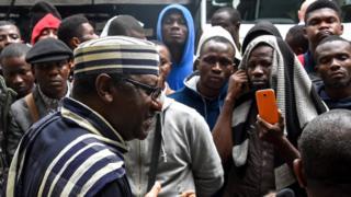 Sammy Davis Nigeria ambassador to Russia dey tok to Nigerians wey dey stranded
