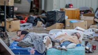 Nhiều người phải ngủ ngoài đường sau trận động đất hôm 5/6