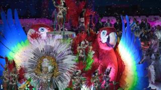 リオ五輪閉会式で踊るサンバ・ダンサーたち