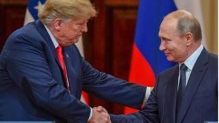 """Cái bắt tay """"bình thường"""" giữa Trump và Putin ở Helsinki"""