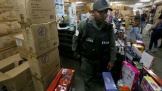ตำรวจเวเนซุเอลาบุกโรงงานและยึดของเล่นคริสต์มาส