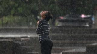 વરસાદમાં સ્નાન કરી રહેલી યુવતીની તસવીર