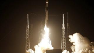 انطلقت أول مركبة ممولة تمويلا خاصا إلى القمر من قاعدة كيب كانافريل في فلوريدا.