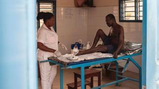 Une professionnelle de la santé dans un centre de traitement de la lèpre à Cotonou.