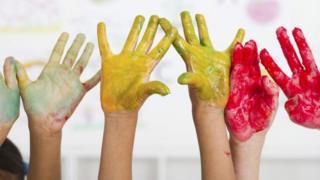 Руки у фарбі