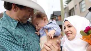 رئيس الوزراء الكندي جاستين ترودو احتضن الرضيع الذي يبلغ من العمر شهرين