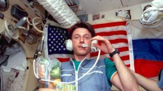 Astronauta Michael Foale a bordo de la estación Mir.