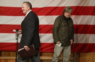 バノン氏(写真右)は選挙戦最終盤の集会でムーア氏(同左)の登壇前に演説した