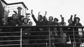 Jewish children arrive in the UK