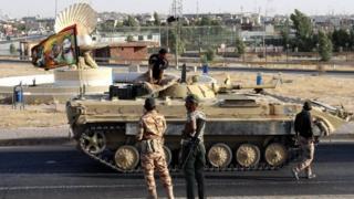 Kerkük'ün merkezinde ilerleyen Irak ordusuna ait bir tank