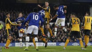 ايفرتون يهزم أرسنال في الدوري الانجليزي الممتاز