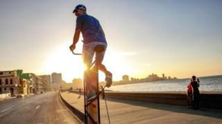 كوبي يصنع الدراجة الأعلى في العالم بطول عشرة أمتار