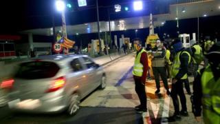 CDR activists controlling toll barrier, 8 Dec 18