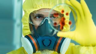 Cientista manipulando vírus