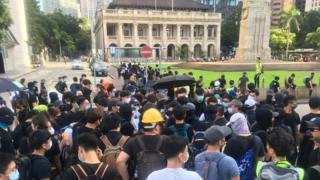 示威者聚集在一起討論接下來的行動,有人表示要繼續往前,有人擔心遊行隊伍拉長會導致人群不集中。
