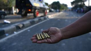 Warga menunjukkan selongsong peluru yang ditemukan di lokasi bentrok antara polisi dan massa aksi di Jalan KS Tubun, Jakarta, Rabu (22/05).