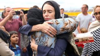 Perdana Menteri Jacinda Ardern memeluk seorang jemaah masjid di Masjid Kilbirnie (17/3) di Wellington, Selandia Baru.
