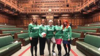 پنج نماینده بریتانیا عصر سهشنبه با پیراهن تیم فوتبالشان در مجلس عکس گرفتند