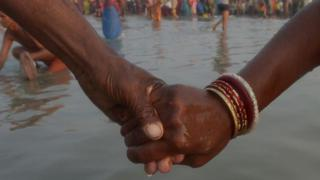 Casal com as mãos dadas