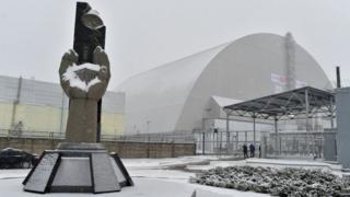 Над зруйнованим четвертим реактором Чорнобильської атомної станції встановили захисну арку