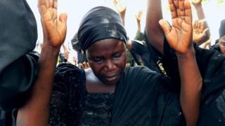 Bintu Bitrus, la mère de Godiya, une des écolières chibok disparues, pleure en levant les mains avec d'autres parents pour prier pour la libération de leurs filles.
