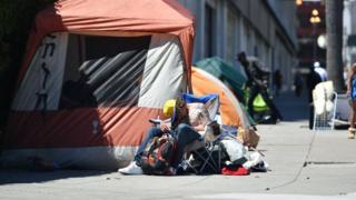 Бездомный мужчина рядом с палаткой в Сан-Франциско, июнь 2016 года
