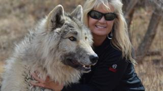 Peggy e seu cão lobo Kalani