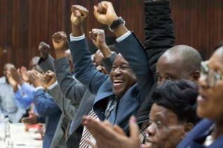 Члены партии ЗАНУ-ПФ подавляющим большинством голосов приняли решение о смещении Роберта Мугабе с поста лидера