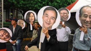 台湾民众在集会中举起总统参选人及可能参选者的头像。