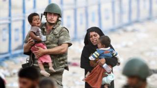 Türk askeri ve bir mülteci aile.