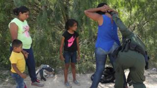 メキシコから国境を越え米国に不法入国しようとした成人は拘束される