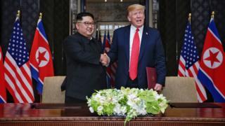 特朗普与金正恩签字后握手(12/6/2018)