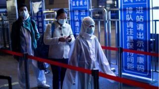 مسافران در ایستگاه قطاری در ووهان، ۸ آوریل ۲۰۲۰