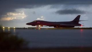 一架美军B-1B轰炸机在美属关岛安德森空军基地准备起飞(23/9/2017)