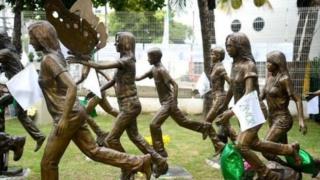 Esculturas representam estudantes mortos
