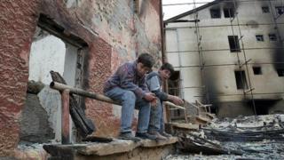22. mart 2014: Dečaci sede među ruševinama zgrade Pravoslavne bogoslovije u Prizrenu