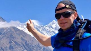 Robin Fisher yari arimo kumanuka ava ku gasongero ka Everest ubwo yahubukaga