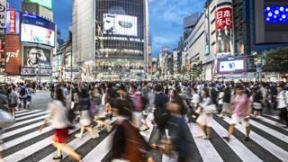 Personas caminando por Tokio