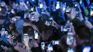 Молодь зі смартфонами