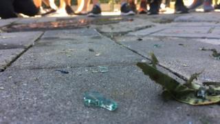 Nhiều mảnh kím vỡ được nhìn thấy gần đại sứ quan Hoa Kỳ ở Bắc Kinh