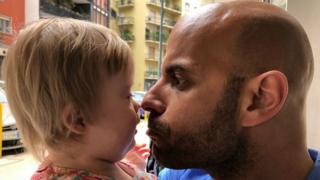 Luca Trapanese y su hija Alba