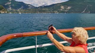 İtalya'nın Garda bölgesini gezen yaşlı bir turist